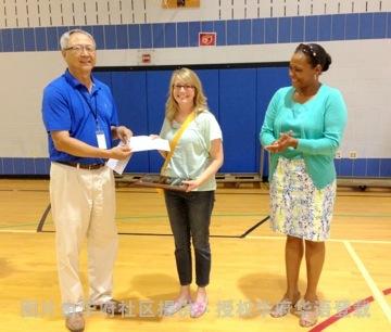 B1 李志翔會長左致贈獎金給Maggie Brady中右為蒙郡公立學校雙語部門主任 Karen Woodson