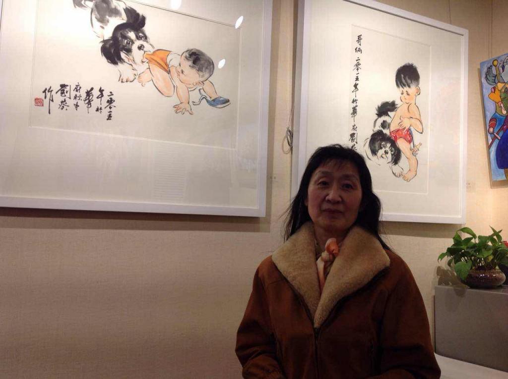 LiuKwai_刘葵在她画作展品前