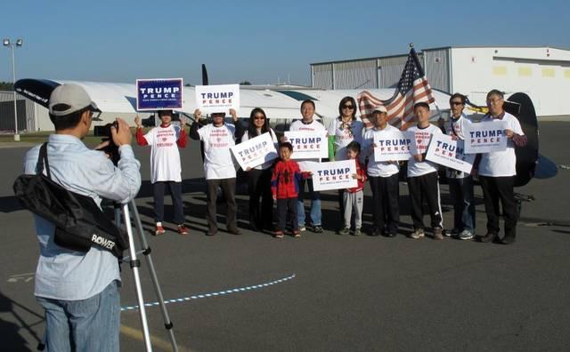 数十名美籍华裔在飞机前拍照,支持川普。